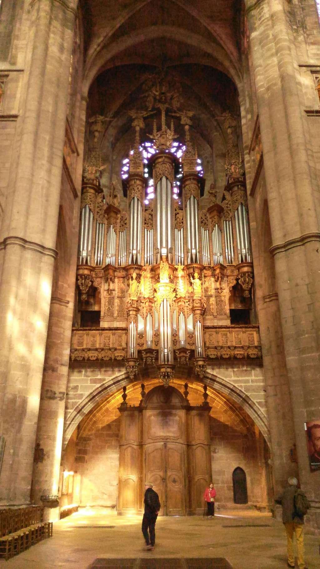 Cathédrale de Rodez : l'orgue au dessus de la porte nord.