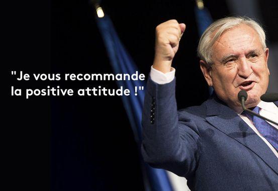 """L'ancien premier ministre de Jacques Chirac, Jean-Pierre Raffarin, poing levé, scandant une de ses célèbres tournures de phrases : """"Je recommande la positive attitude !"""""""