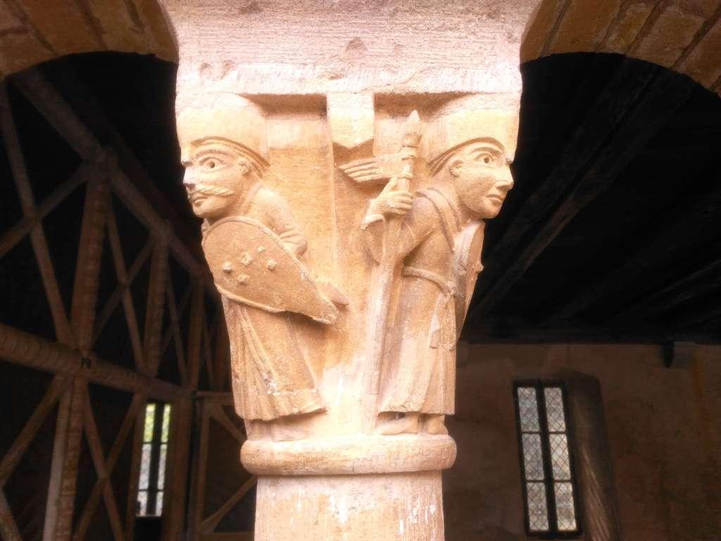 Conques : détails de chapiteaux - Deux soldats avec lances et boucliers (dont un arbore une superbe moustache) y sont représentés.