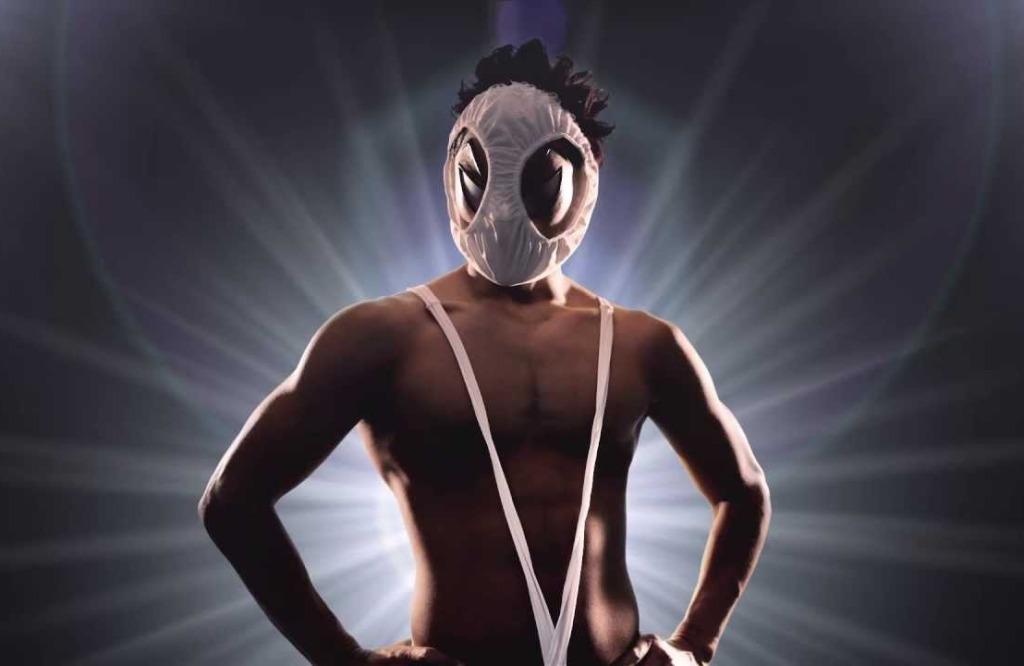 Portrait du héro japonais Hentai Kamen arborant une petite culotte en guise de masque, ainsi qu'un string bretelle.