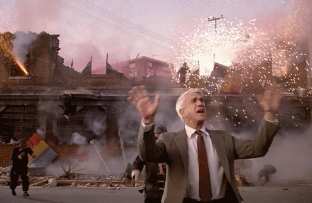 """Liesle Nieisle dans le rôle de l'inspecteur Frank Drebin ! Alors que tout explose, il enjoint la foule à la dispersion en scandant :""""Il n'y a rien à voir""""."""