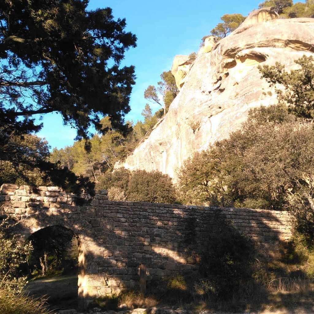 Entrée sud du site de Calès, Lamanon, Provence