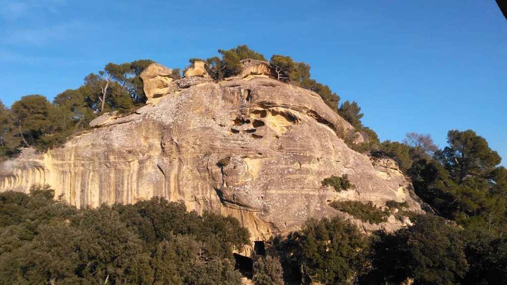 Falaise est arborant des troglodytes et des marques de constructions passées, Lamanon, Provence