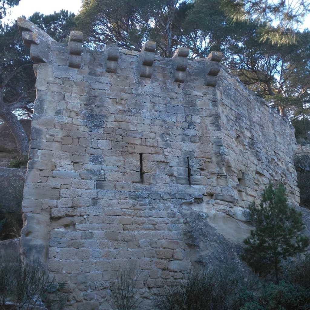 Machicoulis et meurtirères gardant l'accés au plateau, Lamanon, Provence
